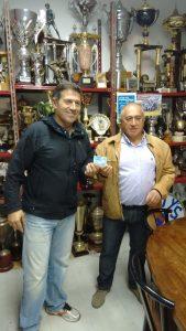 Ignacio de Blas, presidente de la Peña, recibe el carnet de socio.